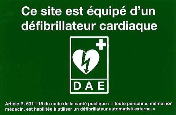 panneau-site-equipe-d-un-defibrillateur